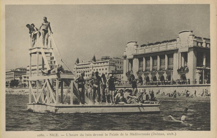 Jeunes nageurs sur le plongeoir devant le Palais de la Méditerranée