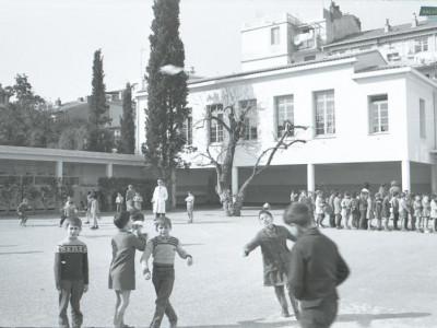 Petits garçons dans la cour de récréation de l'école Dante-Baumettes en 1960