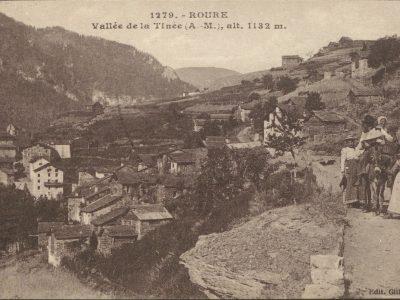 Vue sur le village de Roure avec un groupe de paysans sur la route