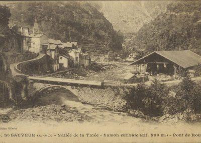 Pont sur la Tinée entre le village de Saint-Sauveur et une scierie, carte postale début XXe