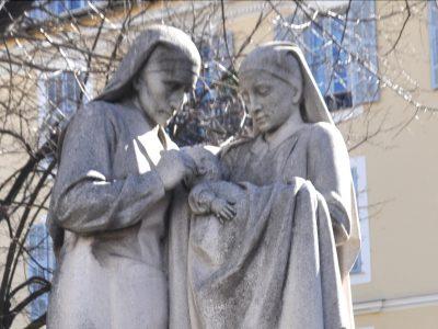 Monument à Albert Calmette (Nice), détail : les infirmières vaccinant un enfant contre la tuberculose