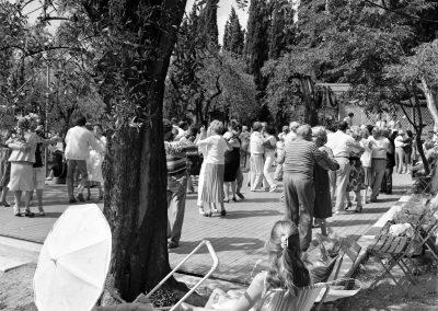 Couples dansant au jardin des Arènes