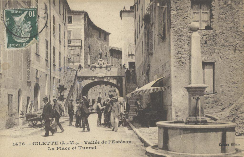 Passants endimanchés dans la rue principale de Gilette