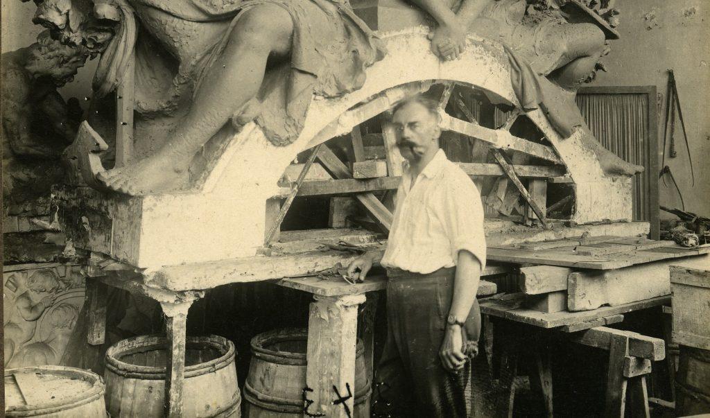 Michel de Tarnowsky travaillant au fronton de la Chambre de commerce de Nice