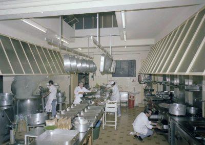 Cuisine du CCAS, rue Jules-Gilly, octobre 1982