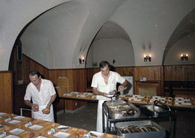 Préparation des repas, rue Jules-Gilly, septembre 1985
