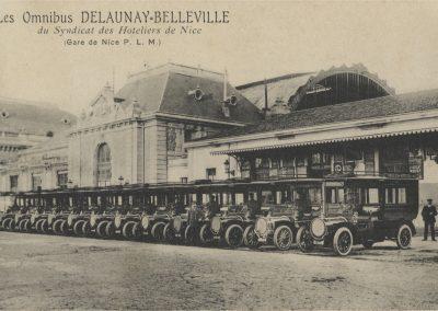 Les omnibus Delaunay-Belleville devant la gare