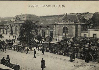 Omnibus et fiacres devant la gare